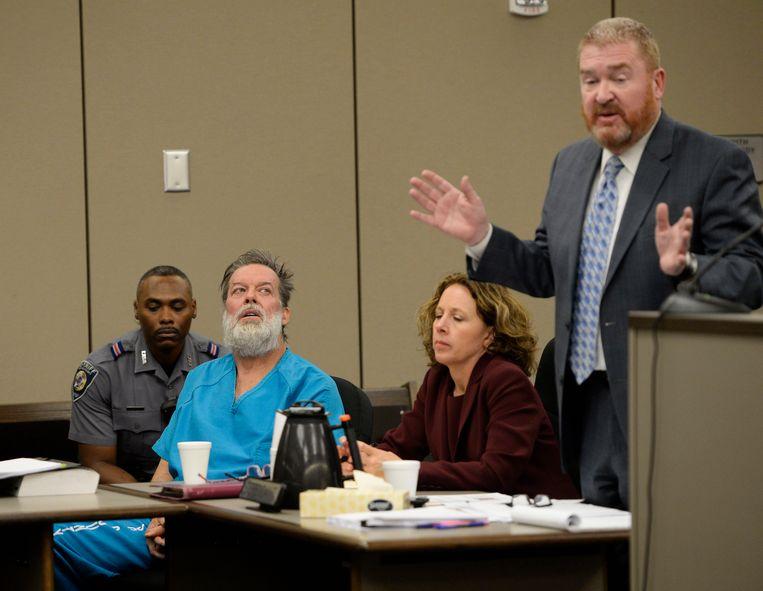 Robert Lewis Dear luistert naar zijn advocaat. Beeld AP