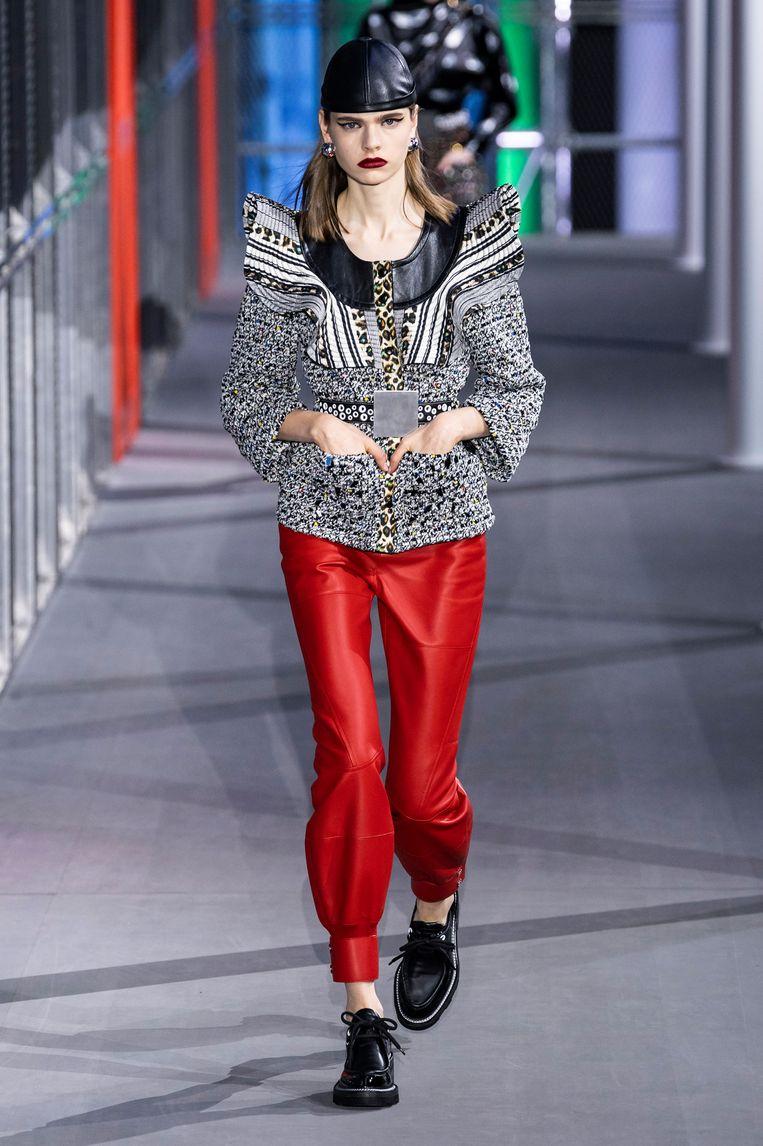 De knalrode variant met plofpijpen van Louis Vuitton Beeld Imaxtree