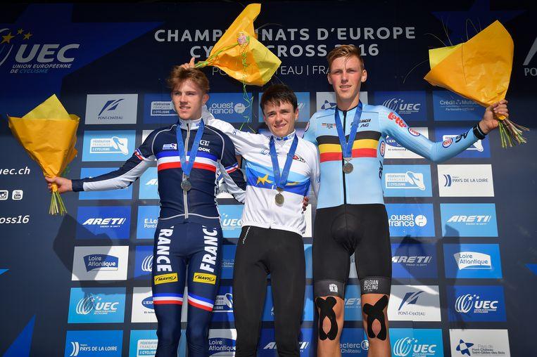 Het podium met naast Kielich (r) ook winnaar Pidcock (m) en nummer twee Guillemin (l) Beeld BELGA