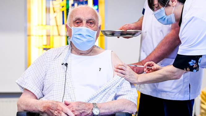 """Eerste coronavaccin in Vlaanderen toegediend bij Jos Hermans (96): """"Iedereen moet zich nu laten vaccineren, dan kunnen onze kinderen snel op bezoek komen"""""""