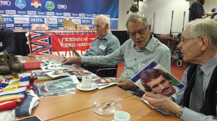 Deelnemers Harrie Hessels (r) en Piet Kolen proberen het beste Willem II-team ooit samen te stellen.