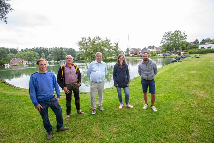 Van links naar rechts: Django Catteeuw, vijververantwoordelijke Eddy Baeyens, uitbater Hans Veirman, voorzitter jeugdhengelclub Sien De Corte en lesgever Hendrik Vandenberghe.