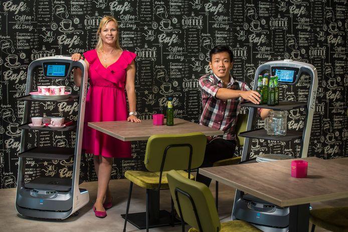 Ivana Damink en Nam Tran in het Experimenteercentrum met robots die in restaurants en zorgcentra kunnen worden ingezet.