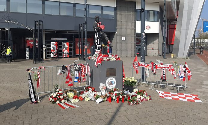 PSV-supporters bewezen inmiddels al in groten getale de laatste eer aan Willy van der Kuijlen.