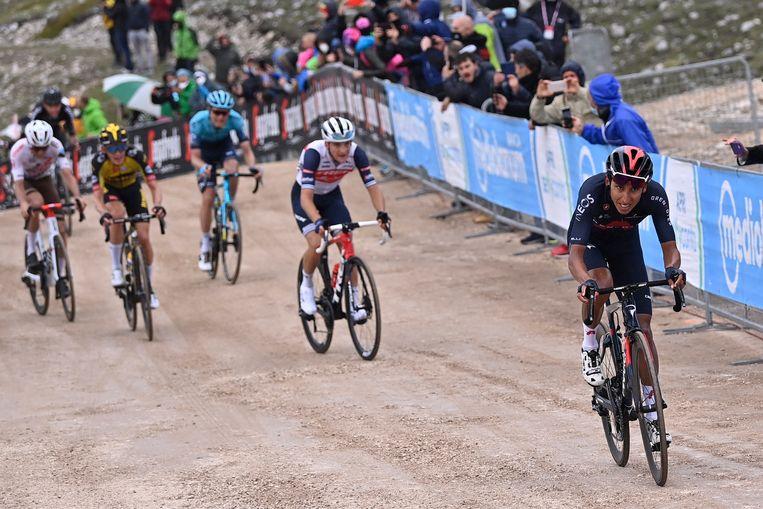De Colombiaan Egan Bernal is op weg naar de winst van de negende etappe van de Ronde van Italië.  Beeld AP