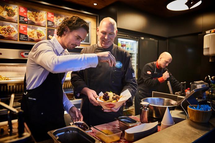 Dirk-Jan Polak (midden) levert ganzenstoofvlees voor de patat van Bram Ladage.