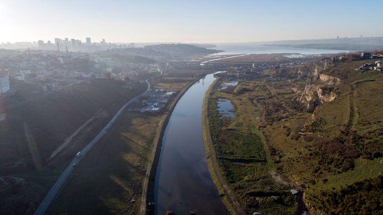 Het kanaalproject in Istanboel, een traject van 45 kilometer lang dat de verbinding moet vormen tussen de Zee van Marmara en de Zwarte Zee. Veel oud-marineofficieren hebben hun bedenkingen bij de onderneming. Beeld EPA