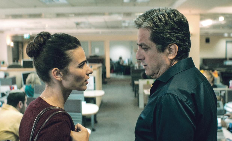 Liron Ben-Shlush en Menashe Noy als werkneemster en baas op de werkvloer in Working Woman van Michal Aviad.