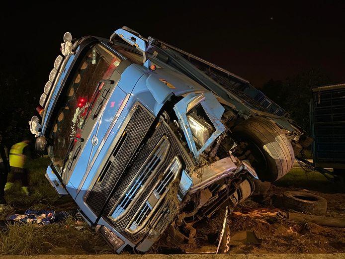 De vrachtwagen kantelde over de betonblokken en bleef in de berm steken.