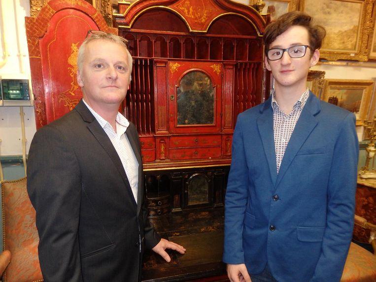 Vader Joost Habing (kunsttransport) en zoon Max (student research instrumentenmaker), beiden liefhebbers. Bij dit kabinet: 'Kijk hier, papa!' Beeld Hans van der Beek