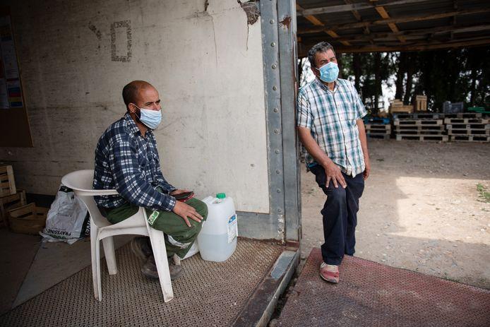 Alertheid in het dorp Noves: mondkapjes na een test.