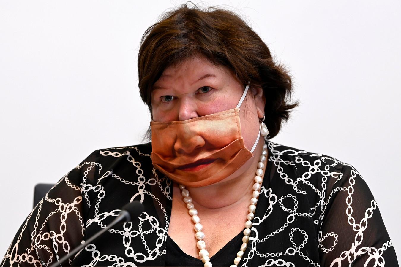 Minister De Block kwam met een opvallend mondmasker naar de Kamer gisteren, al droeg ze het niet altijd even correct.