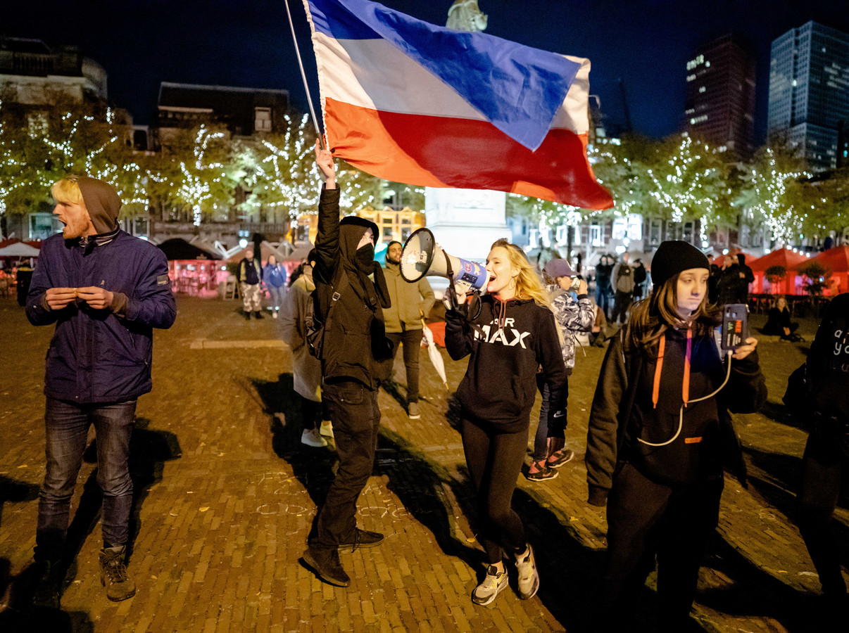 Een demonstratie tegen de nieuwe coronamaatrdegelen, op het Plein in Den Haag.