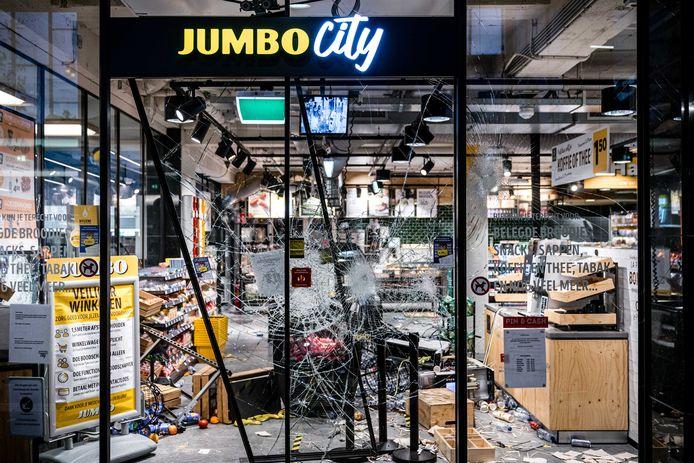 Grote schade en plunderingen bij een Jumbo City in het centraal station van Eindhoven na ongeregeldheden in de binnenstad van Eindhoven.