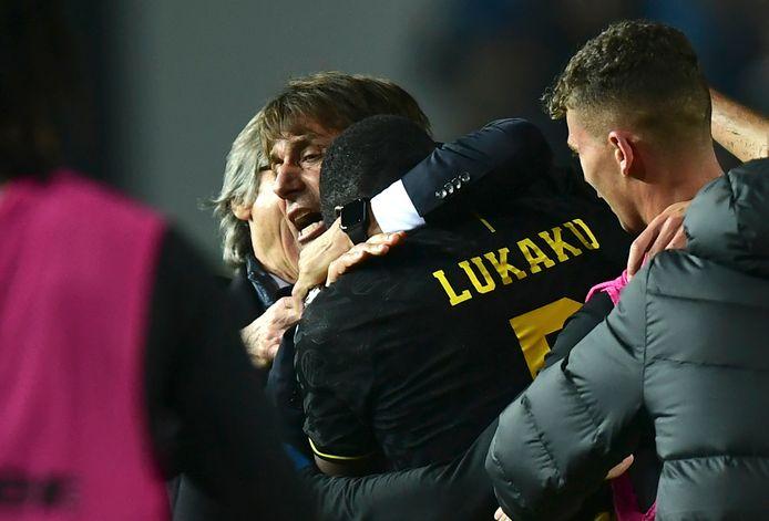 Conte met een dikke knuffel voor Lukaku.