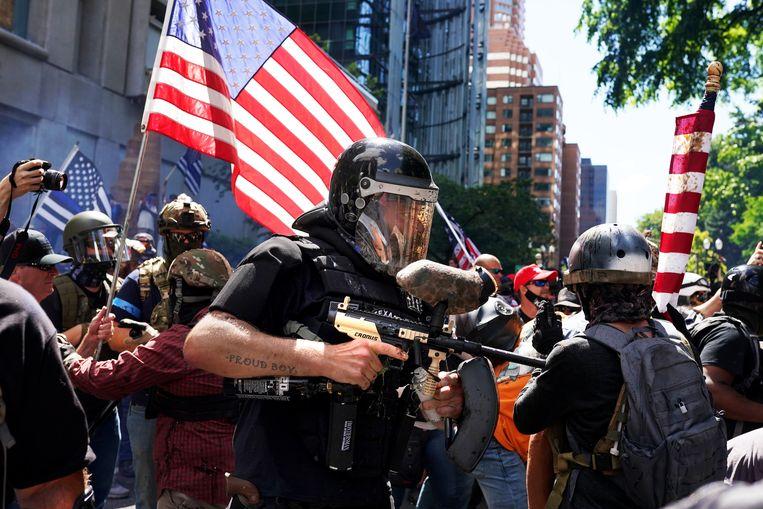 Een lid van de Proud Boys heeft zijn paintball-geweer meegenomen naar de protesten in Portland Beeld Getty Images