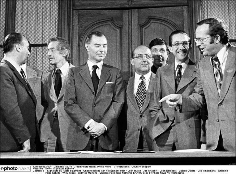 Premier Leo Tindemans (l.) met enkele partijvoorzitters die het Egmontpact ondertekenden, 1977. Vlnr: Georges Gramme, Hugo Schiltz, Willy Claes en Wilfried Martens. Beeld Photo News