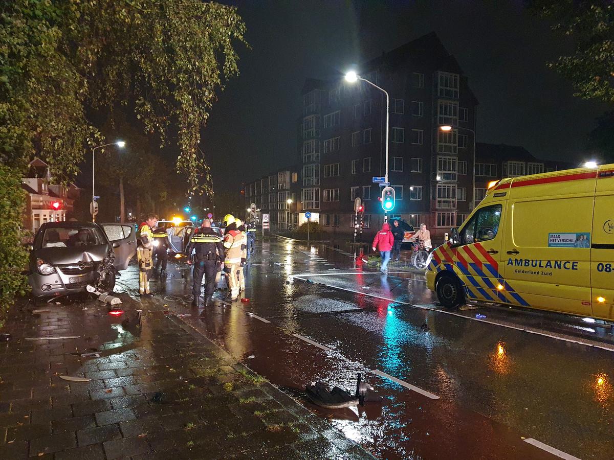 Een autobestuurder is gewond geraakt bij de frontale botsing op de kruising van de Wolfkuilseweg en Floraweg in Nijmegen.