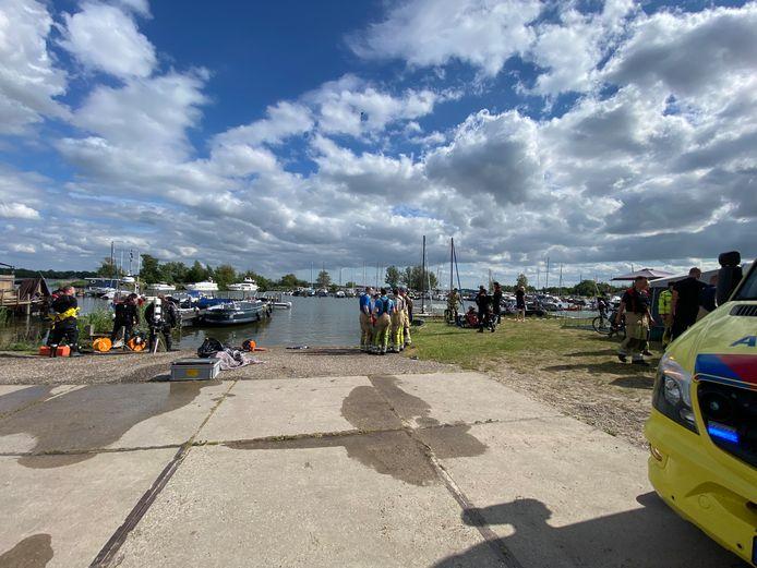 Nadat het noodlot toesloeg op het Nuldernauw, voer de partysloep het haventje van vakantiepark RCN Zeewolde in. Hulpdiensten en campinggasten schoten te hulp.