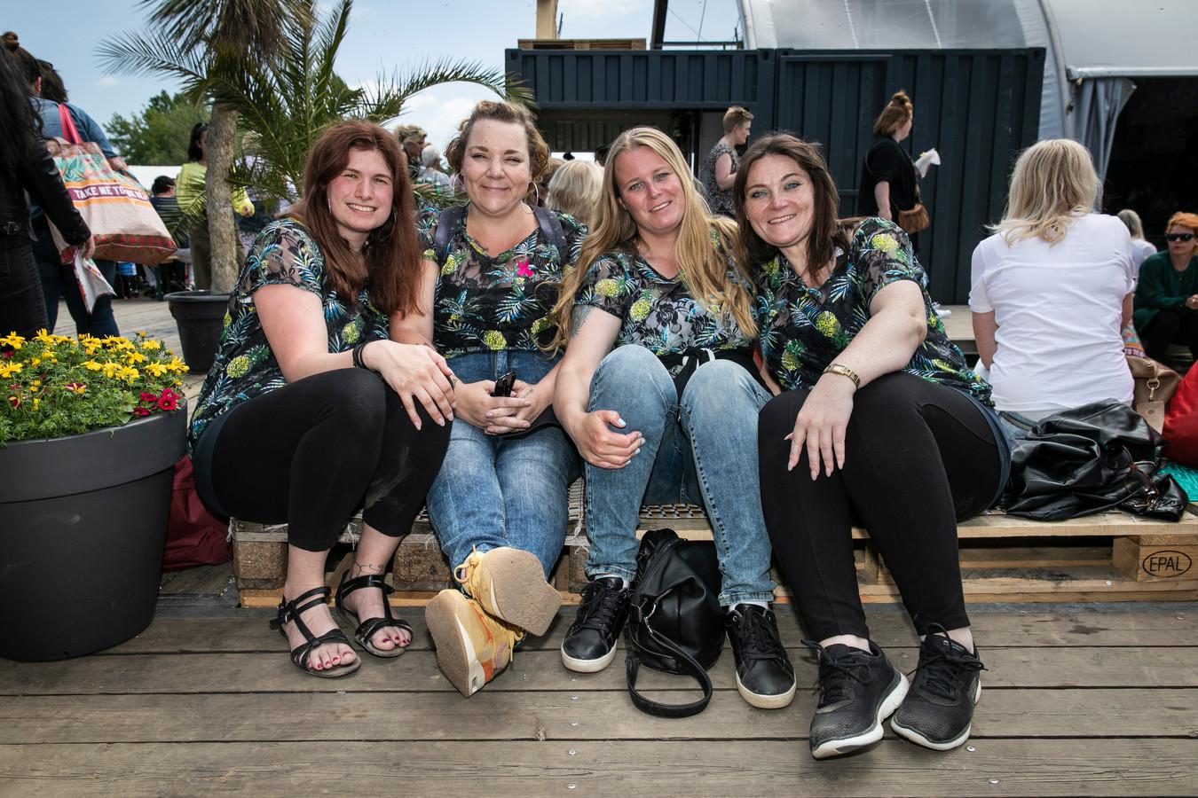 Vriendinnengroep op de Libelle Zomerweek. Vlnr: Ingrid Thomas (26), Marianne Bekebrede (40), Marjan de Jong (38) en Diana Greve (40).