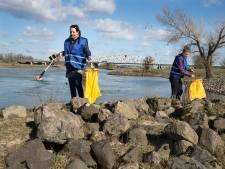 Bizar veel glas langs oevers van de IJssel: 'We leggen alle afval vast op foto'