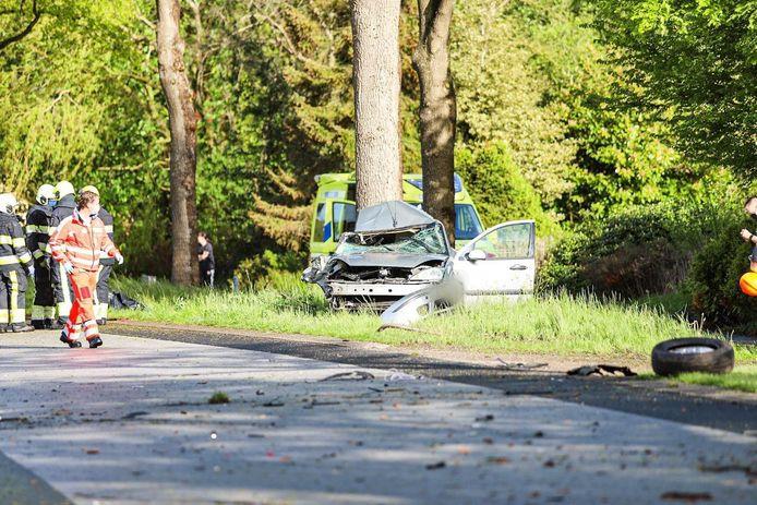 Door nog onbekende oorzaak knalde de auto op de N917 tegen een paar bomen aan, waarna het voertuig doormidden brak.