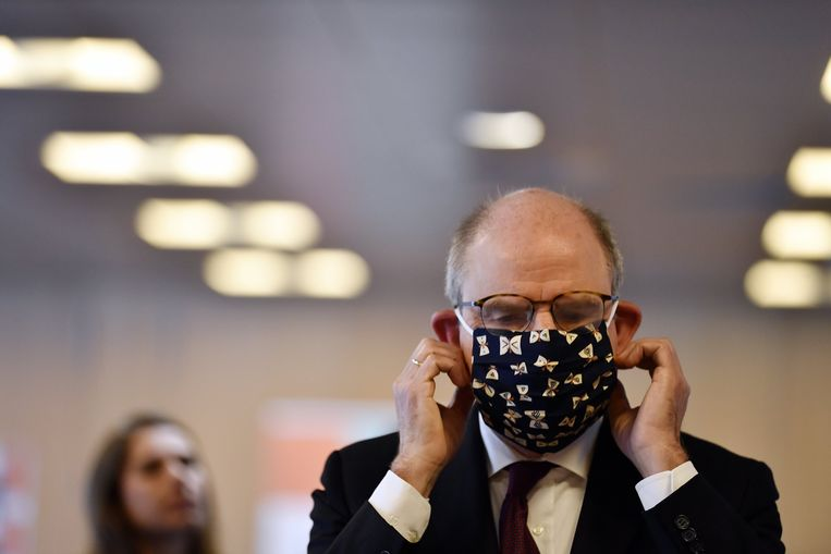 Minister Koen Geens (CD&V) testte vorige week een mondmasker uit.  Beeld BELGA