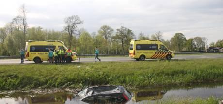 Botsing bij Rouveen, auto raakt te water: twee gewonden naar het ziekenhuis