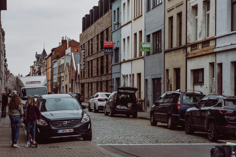 In de Biekorfstraat, waar maandagnacht nog een wagen werd opgeblazen, zijn ze het geweld meer dan beu. Beeld wouter maeckelberghe