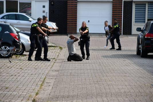Bij het incident werden twee mannen aangehouden; een van hen was de gewonde bewoner van het huis waar het incident plaatsvond.