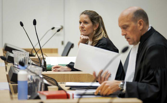 Advocaten Sabine ten Doesschate (l) en Boudewijn van Eijck van verdachte Oleg Poelatov in de rechtszaal in het Justitieel Complex Schiphol voor het MH17-proces.