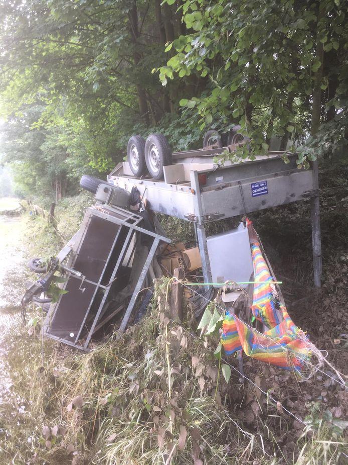 De aanhangwagens raakten beschadigd.