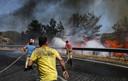 Brandweerlieden proberen een van de branden bij Marmaris te blussen.