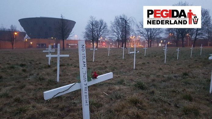Op de plek waar de nieuwe moskee moest komen, zijn op 10 maart 2018 in naam van Pegida kruizen geplaatst.