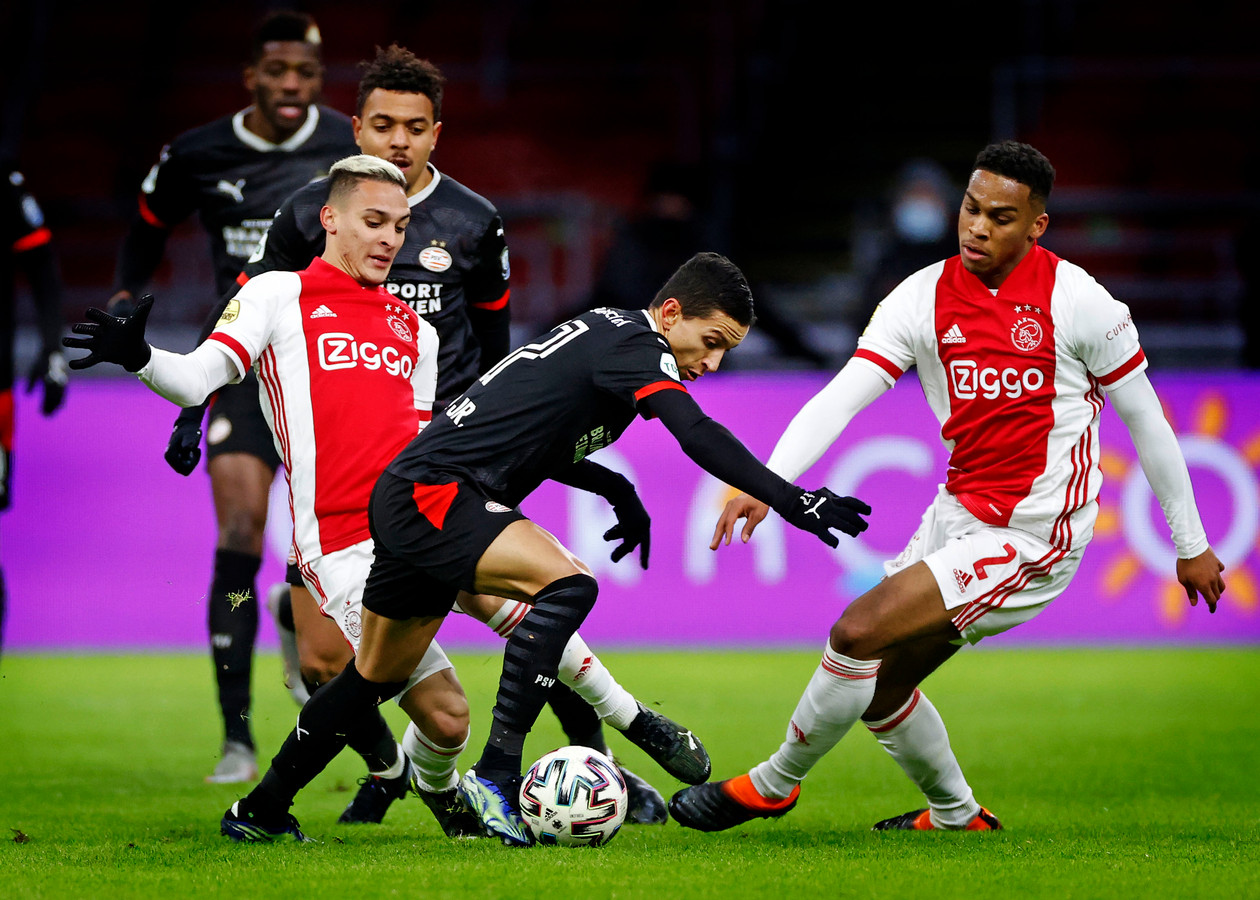 Antony probeert Mauro Junior af te stoppen tijdens de kwartfinale van de KNVB-beker tussen Ajax en PSV.