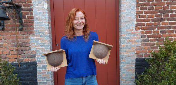 Martina Schwarz plaatst tien zwaluwnesten aan de gevel van haar vierkantshoeve.
