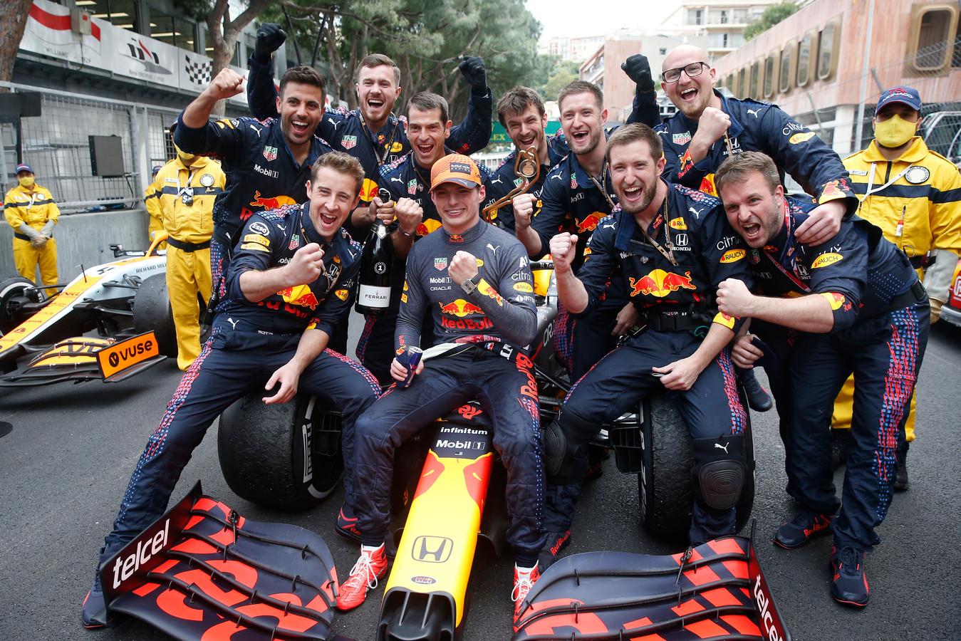 Max Verstappen (midden) viert de overwinning bij de Grand Prix van Monaco met zijn team.