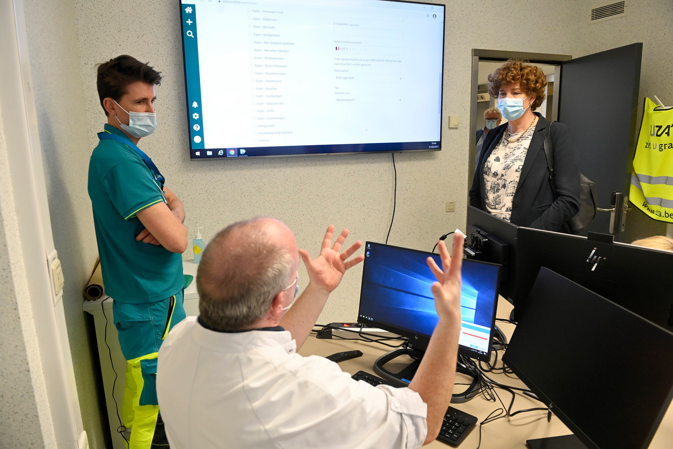 Minister Petra de Sutter op werkbezoek bij het telemonitoring team van het UZA