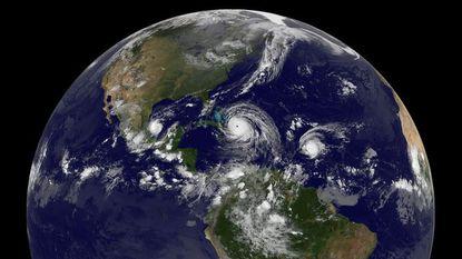 Twee orkanen nemen nu Mexico onder vuur