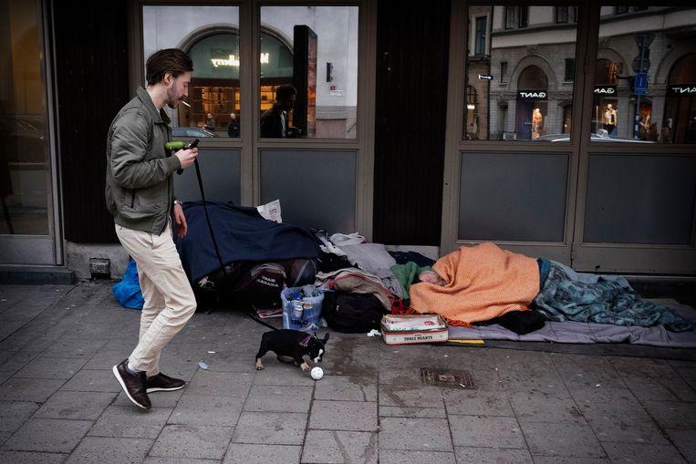 Een dakloze man op straat in Stockholm. Beeld Daniel Rosenthal
