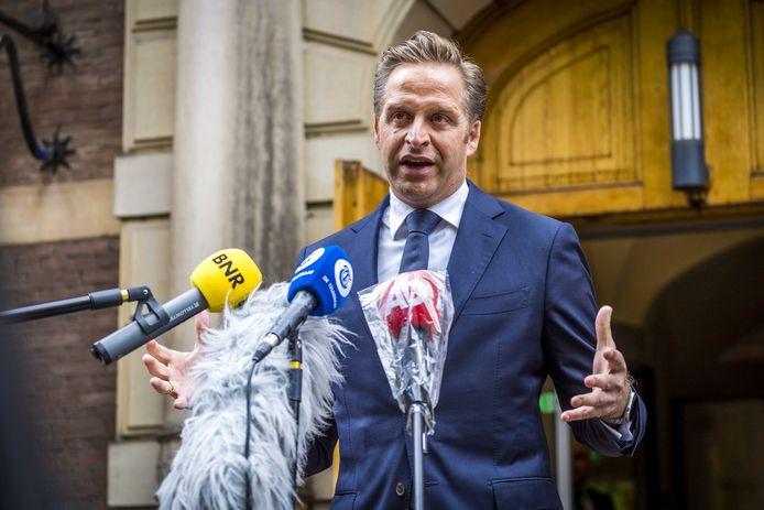 Demissionair minister Hugo de Jonge (CDA, Volksgezondheid, Welzijn en Sport) staat bij het ministerie van Algemene Zaken de pers te woord na afloop van overleg met zijn collega's.
