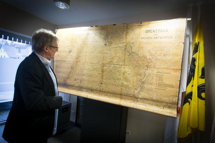 Burgemeester Broers bij een oude kaart die het traject van de Dodendraad toont.