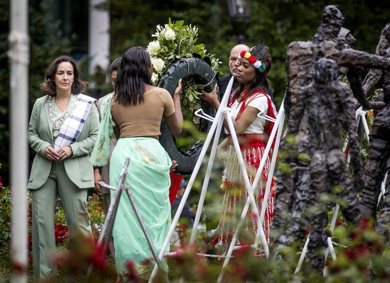 Burgemeester Femke Halsema legde dit jaar een krans tijdens de landelijke herdenking in het Oosterpark van het slavernijverleden. Beeld ANP