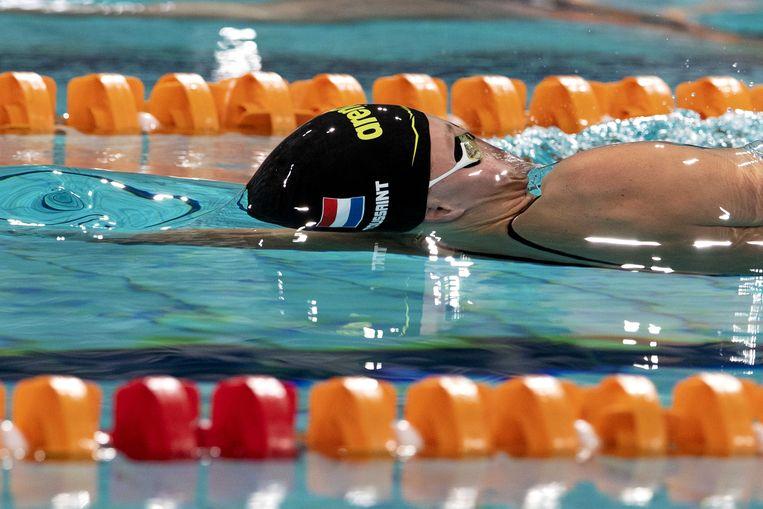 Kira Toussaint op de 50 meter rugslag in de finale van de Eindhoven Qualification Meet. Beeld ANP