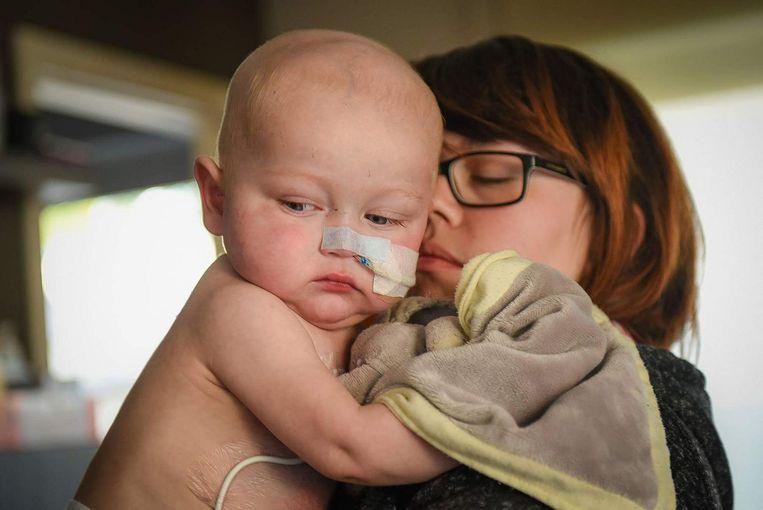 Mama Glenda met de kleine Liyo. Het knaapje overleed vorige week op amper 1-jarige leeftijd aan de gevolgen van een zeldzame tumor.