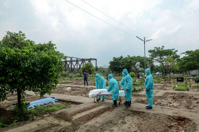 Vrijwilligers begraven een coronaslachtoffer in Bangladesh.