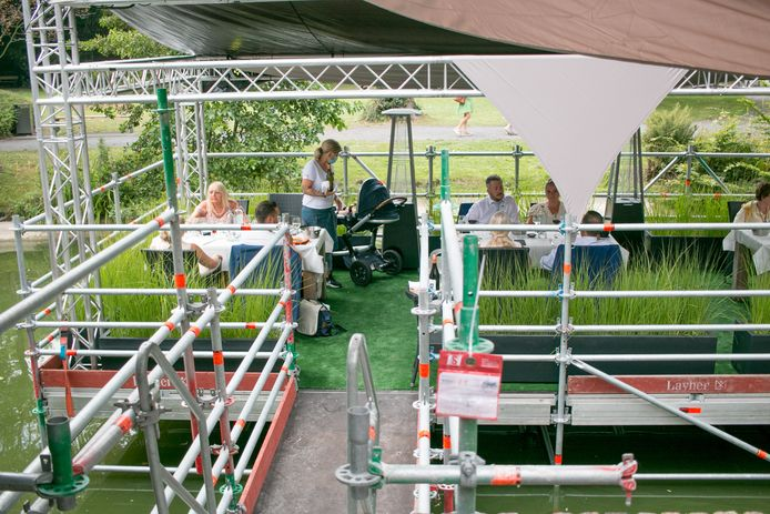 Vorige zomer had Kasteel Walburg nog een heus ponton ingericht op de kasteelvijver, om extra terrasruimte te creëren.
