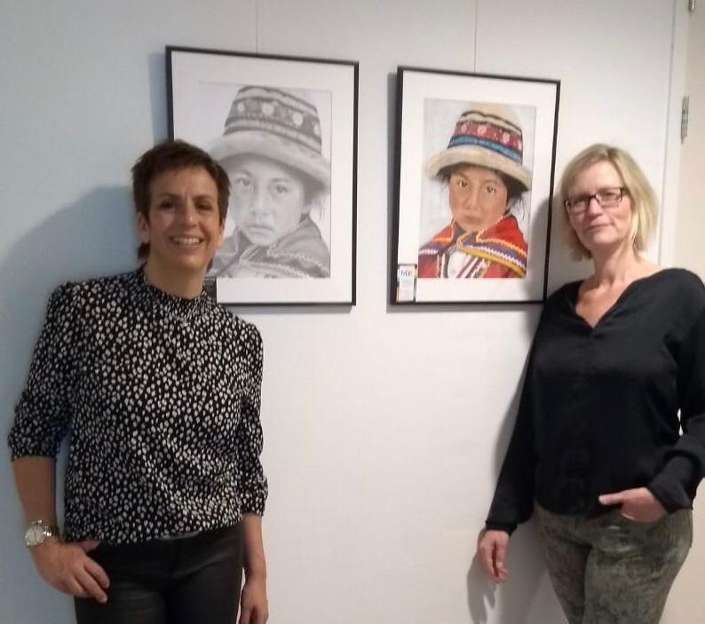 Cobi Fontijne (links) en Mirjam van Haaren (rechts) bij hun kunstwerken.