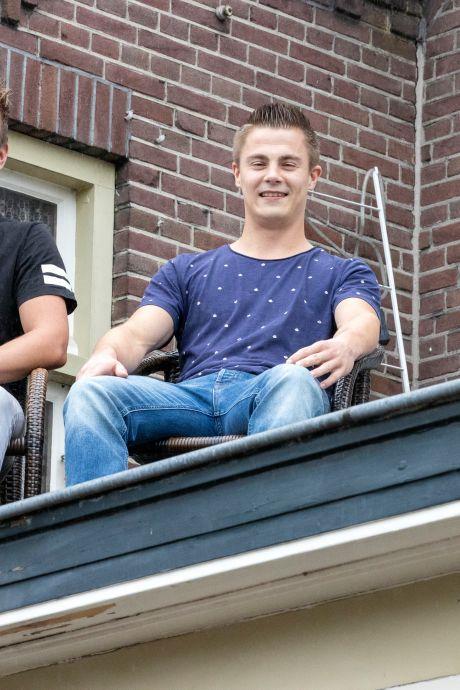 Hein en Niek uit Vessem willen elf dagen blijven zitten op het dak van dit café: 'Als we maar niet gaan slaapwandelen'