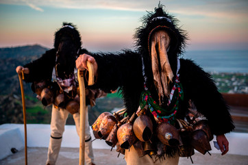 fotoreeks over Bewoners Grieks eiland Skyros vieren carnaval met traditionele klederdracht